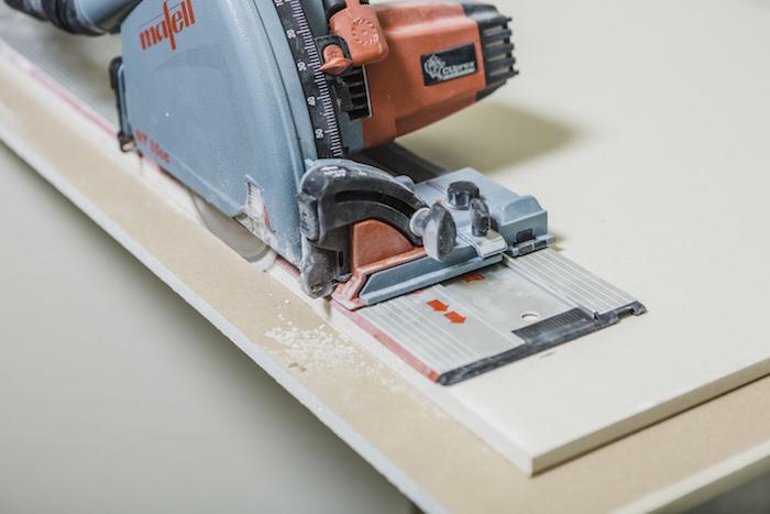 Odříznutí polodrážky u sádrokartonových podlahových dílců