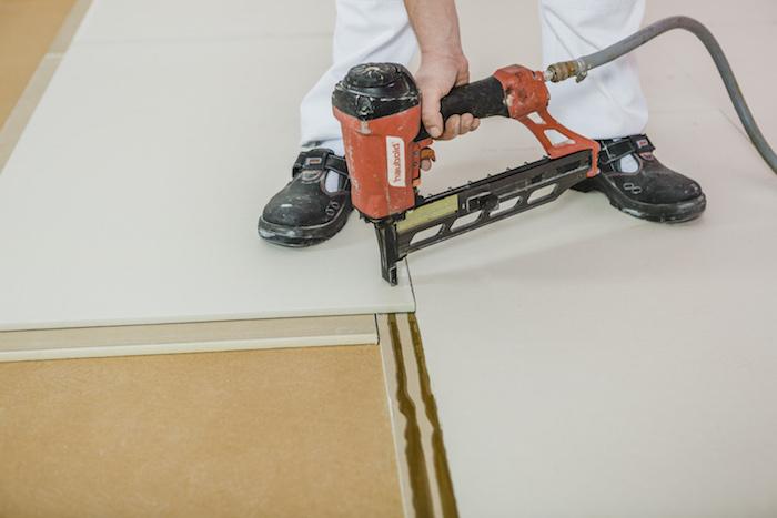 Přisponkování podlahových dílců