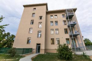 Exteriér bytového domu ve Slaném postavený technologií suché výstavby