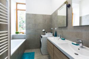 Koupelna v bytovém domě ve Slaném se sádrokartonovými deskami Rigistabil