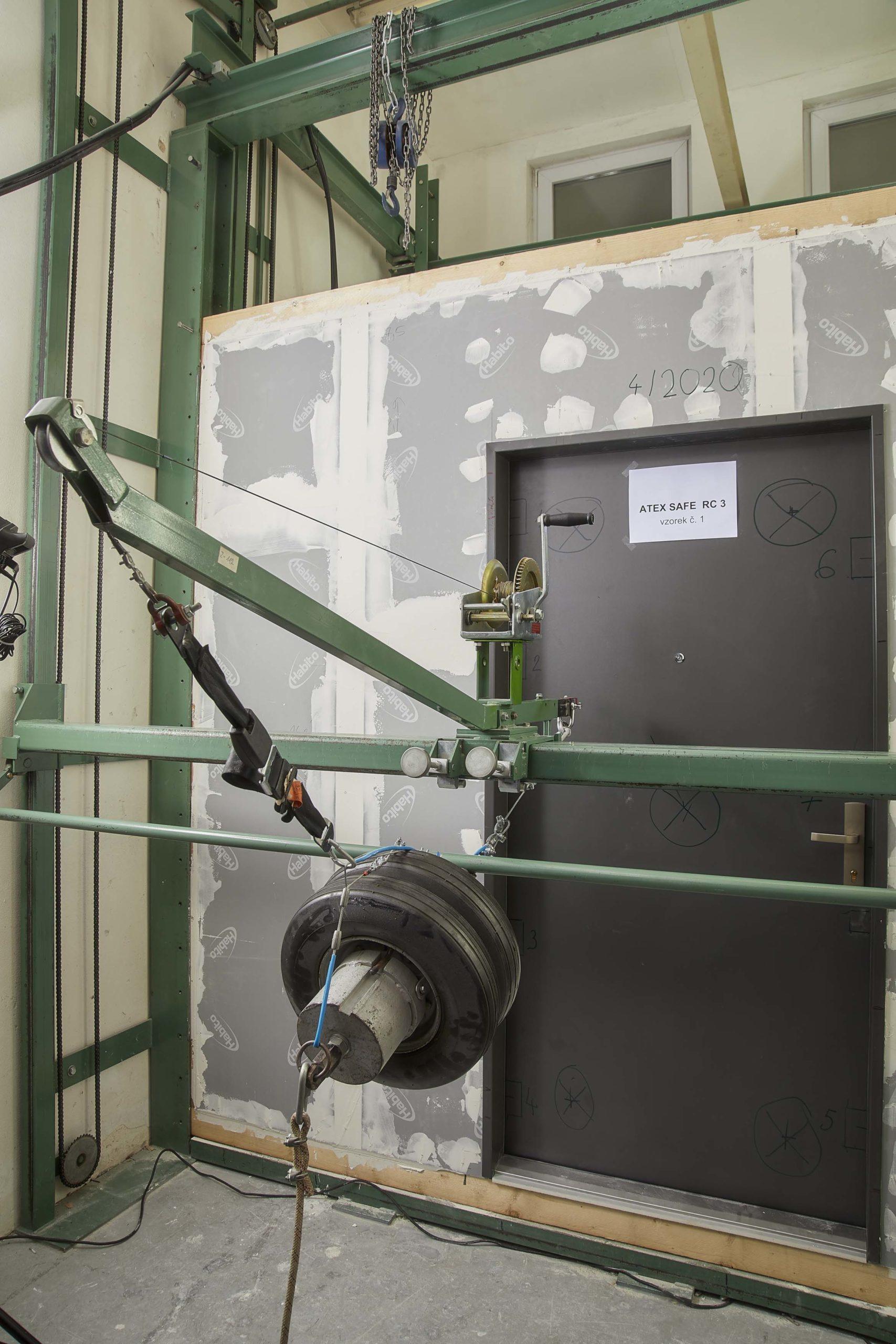 konstrukce musi odolat statickému tlaku (zkouseno hydraulickym valcem)