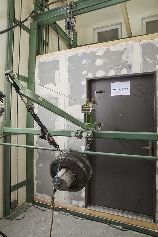 konstrukce musí odolat statickému tlaku (zkoušeno hydraulickým válcem)
