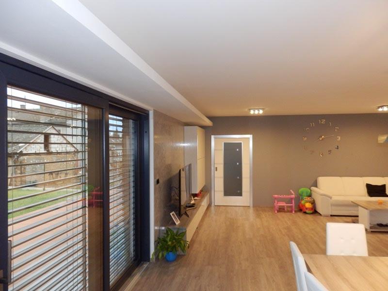 Sádrokartonové podhledy v obývacím pokoji v rodinném domě v Hrádku u Rokycan