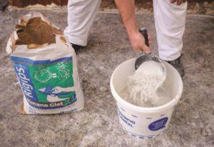 Příprava směsi omítky - do vody sypeme směs sádry